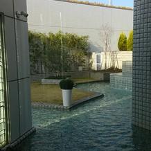チャペルから見た中庭(飾り付けもできる)