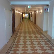 渡り廊下、トイレ入り口