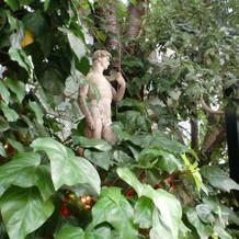入り口横にはヨーロッパ風彫刻