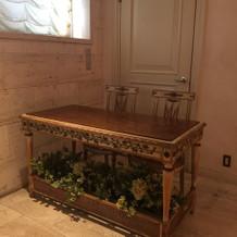 受付用のテーブルはイタリアアンティーク