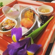 前菜に菖蒲の花をあしらって。
