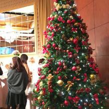 デザートビュッフェの隣にクリスマスツリー