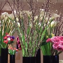 挙式会場には圧巻の装花