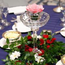 各テーブルは液体で反応し発光するお花に