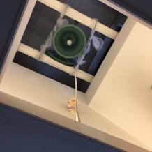 チャペル外の天井に鐘があります