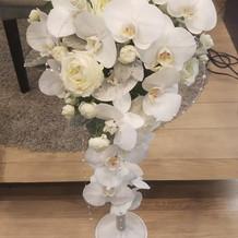 胡蝶蘭と白バラのウエディングブーケ
