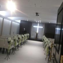 式場。白基調のシンプルな内装。