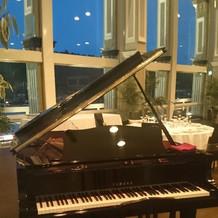 会場内にあるグランドピアノ
