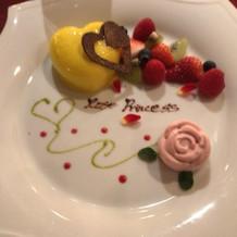バラのモチーフのデザート