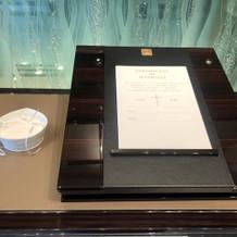 陶器の結婚証明書とリングピロー