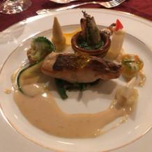 ろうそくや時計、ポット等を飾った魚料理