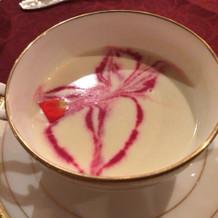スープの上にバラをイメージした彩り