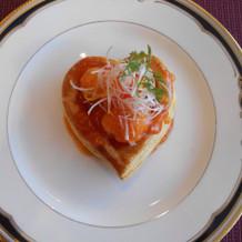 ハート型のパイに包まれたエビチリ