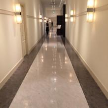 披露宴までの廊下、側に親族控室あり