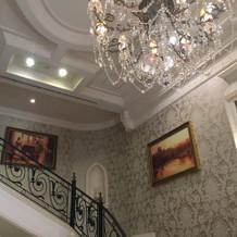 階段には有名な絵画が沢山飾ってあります