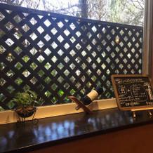 披露宴会場の窓枠の棚に色々飾り付け出来る