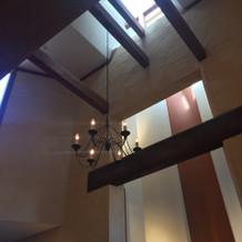 挙式会場の天井の高さ、光が入ります