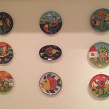 色鮮やかな可愛いお皿の壁画で和みます