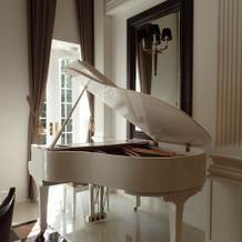 非うろ宴会場の真っ白なピアノ