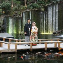 式後に滝前で記念写真