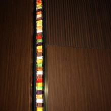 チャペルの壁にはカラフルなステンドグラス