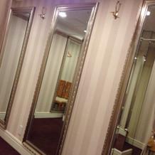 大きな鏡があるので全身チェックできます