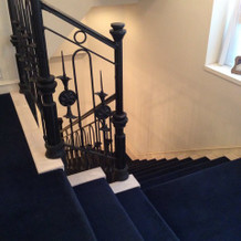 うち階段は青いカーペット