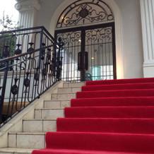 入り口にそびえたつ赤い階段