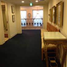 廊下は青いカーペット
