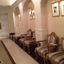 椅子がたくさん待合室