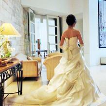 前撮りウェディングドレスの後ろデザイン。