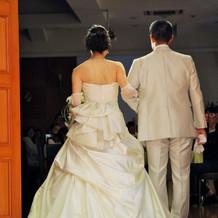 結婚式ウェディングドレスの後ろデザイン。