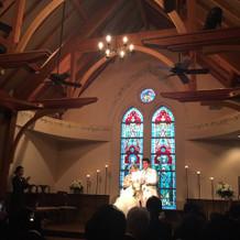 教会のスタンドグラスに光が射してる