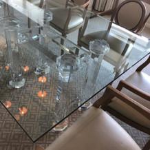 スイートルームのガラス机