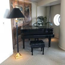 スイートルームのグランドピアノ