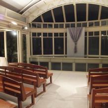 挙式会場はとてもシンプル、天井は開閉式