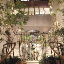 ロビーへの階段も装飾が可能