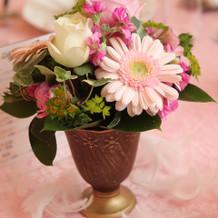 テーブルのお花(周りに羽を)