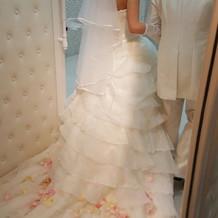 可愛いウエディングドレスと白のタキシード