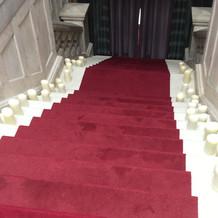 階段から登場の演出