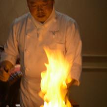 炎の料理人。フランベ演出は迫力満点