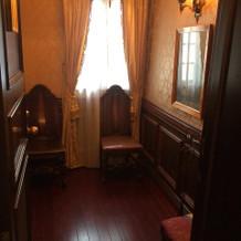 チャペル横、新郎新婦と新婦の父親の控え室
