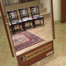 スタジオにある鏡はスライド制