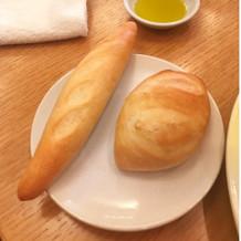 左がフランスパン