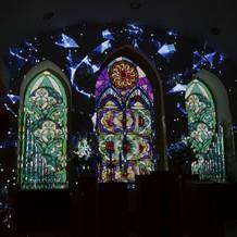 光のステンドグラスが表れ