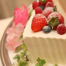 ケーキにはフルーツがふんだんにのっていま