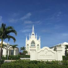 天気が良いと白い教会がとても映えます。
