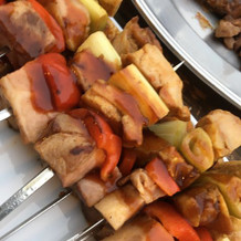 鶏肉と野菜の串焼き