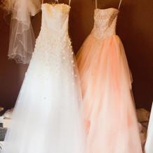 ウエディングドレスとカラードレス