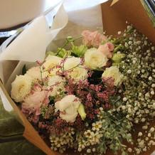 両親への花束です。ボリューム感が素敵。